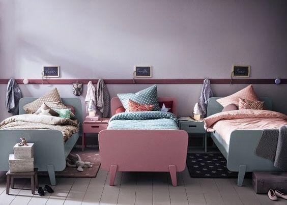 quarto com três camas meninos e menina.
