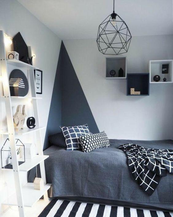 Decoração simples com lustre geométrica.