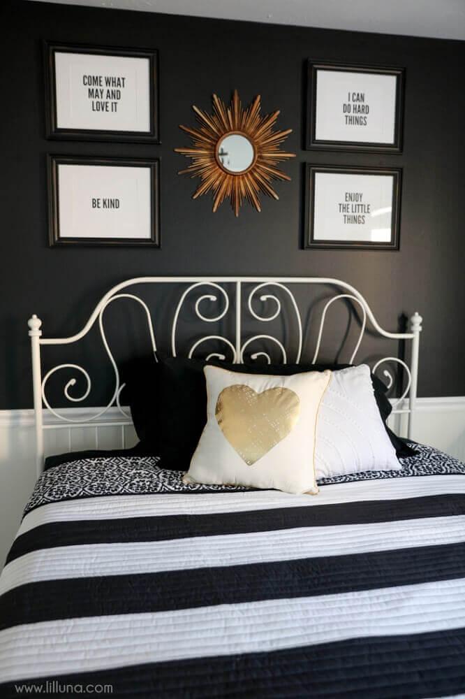 Decoração com frases e roupa de cama com estampa geométrica.