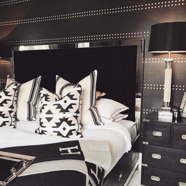 Quarto preto e branco com decoração luxuosa.