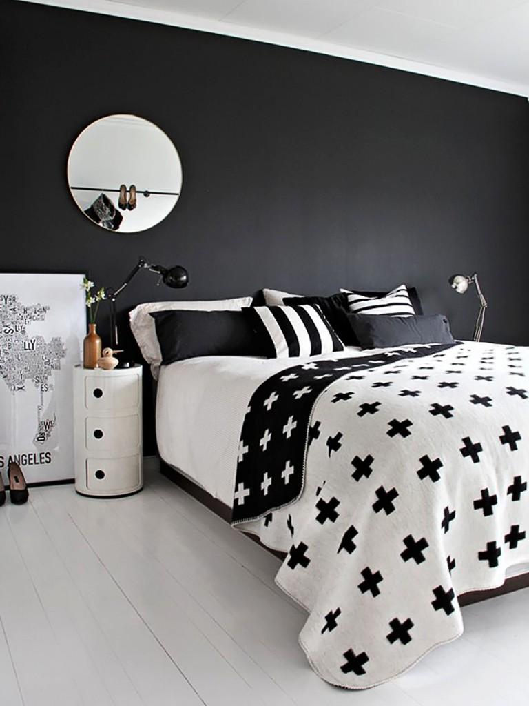 Quarto preto e branco com estampa geométrica.