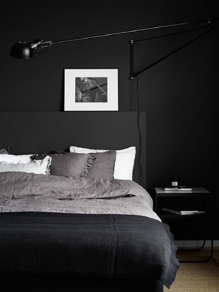 Quarto preto e cinza simples.