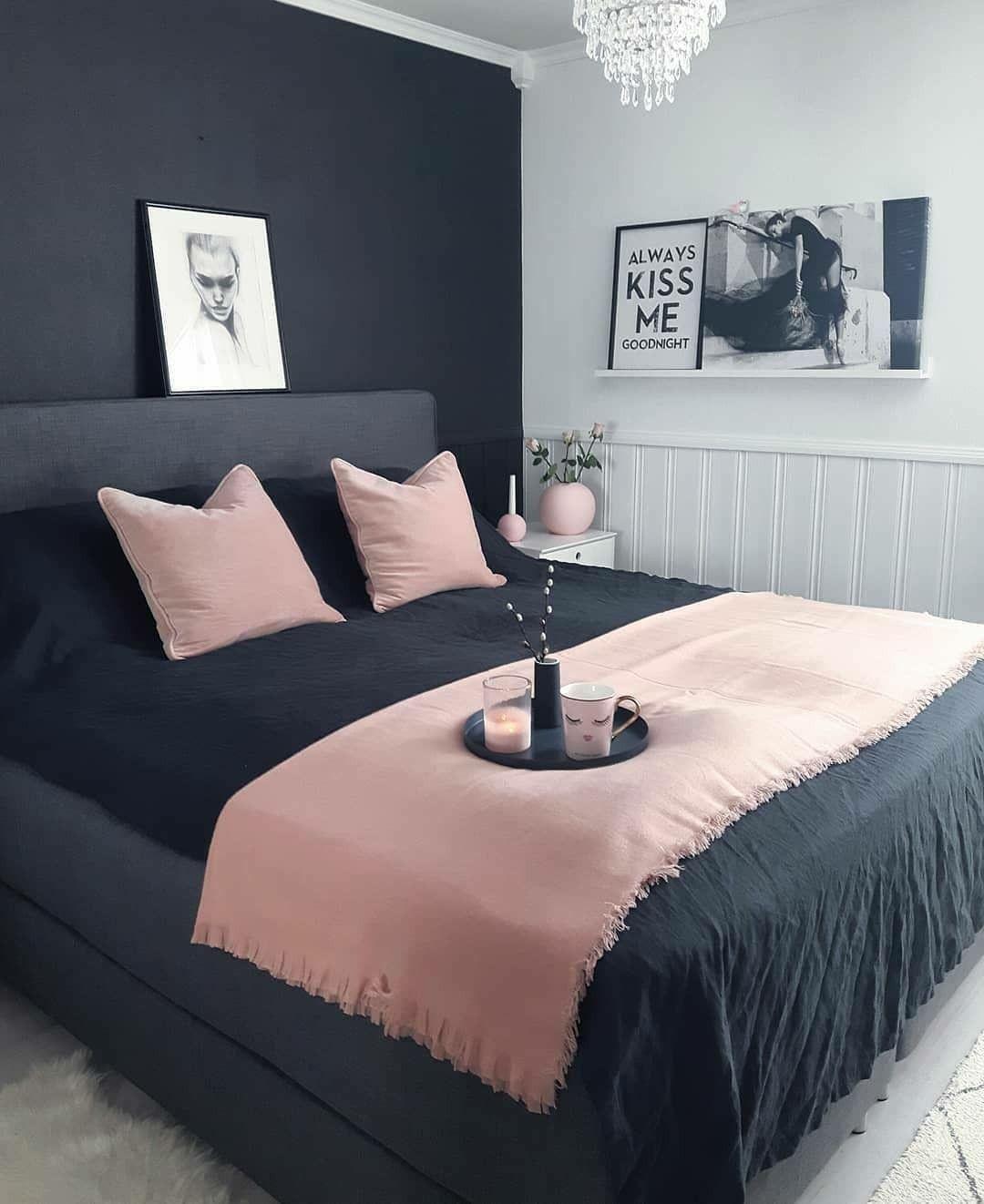 Quarto preto e rosa com decoração simples.