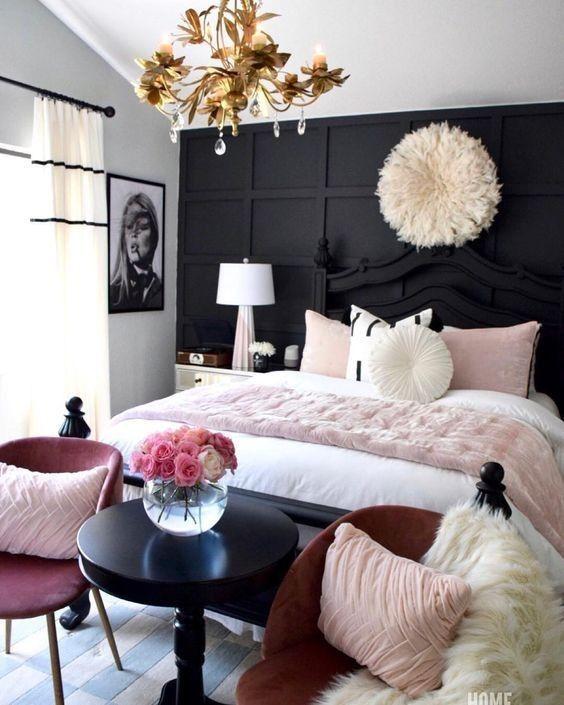Decoração luxuosa com preto e rosa.