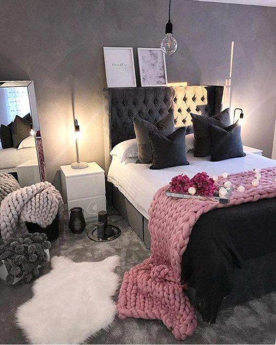 Quarto preto e rosa com decoração feminina e romântica.