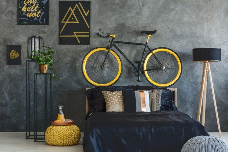 Decoração com parede de cimento queimado e objetos amarelos.