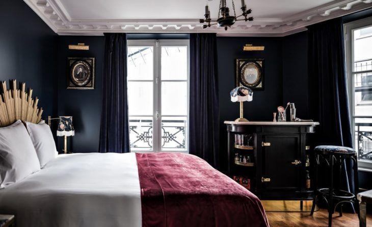 Quarto preto com decoração barroca e detalhes dourados.