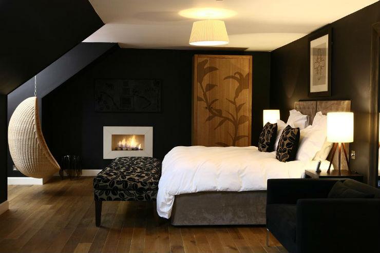 Decoração luxuosa escura com madeira.