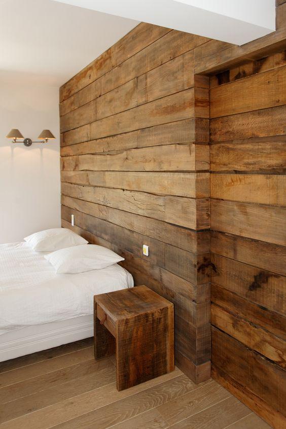 grande painel de madeira com porta de correr embutida