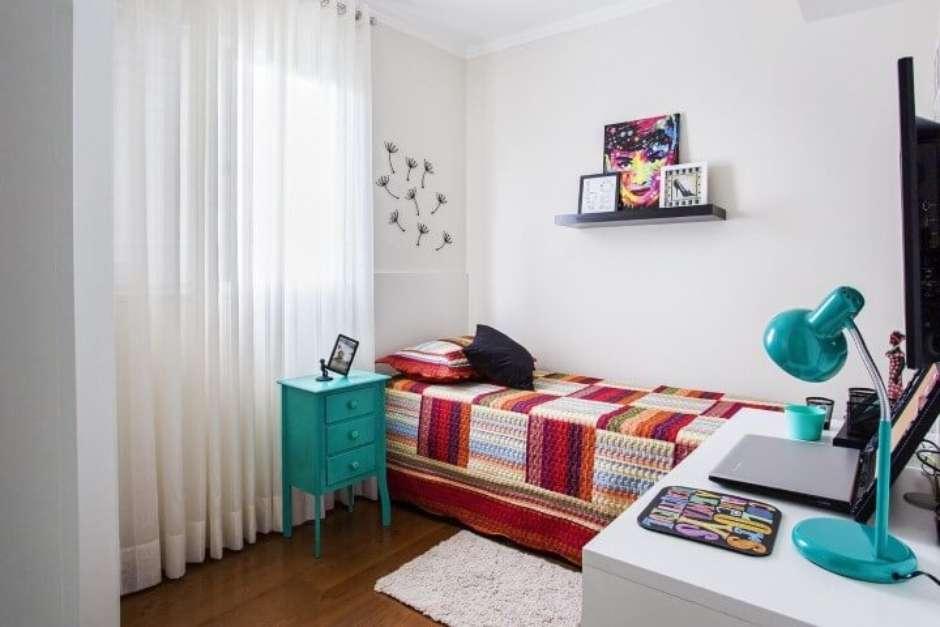 Quarto de solteiro com decoração simples e colorida,
