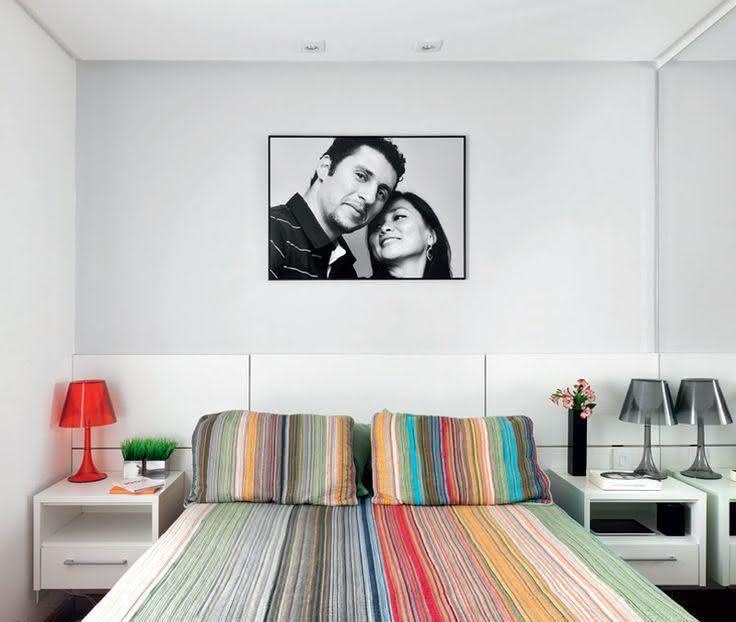 Quarto simples com decoração minimalista e colorida.