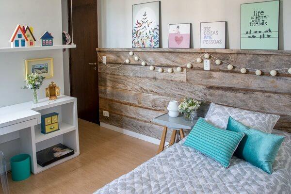 Quarto com decoração simples e barata com madeira de construção.
