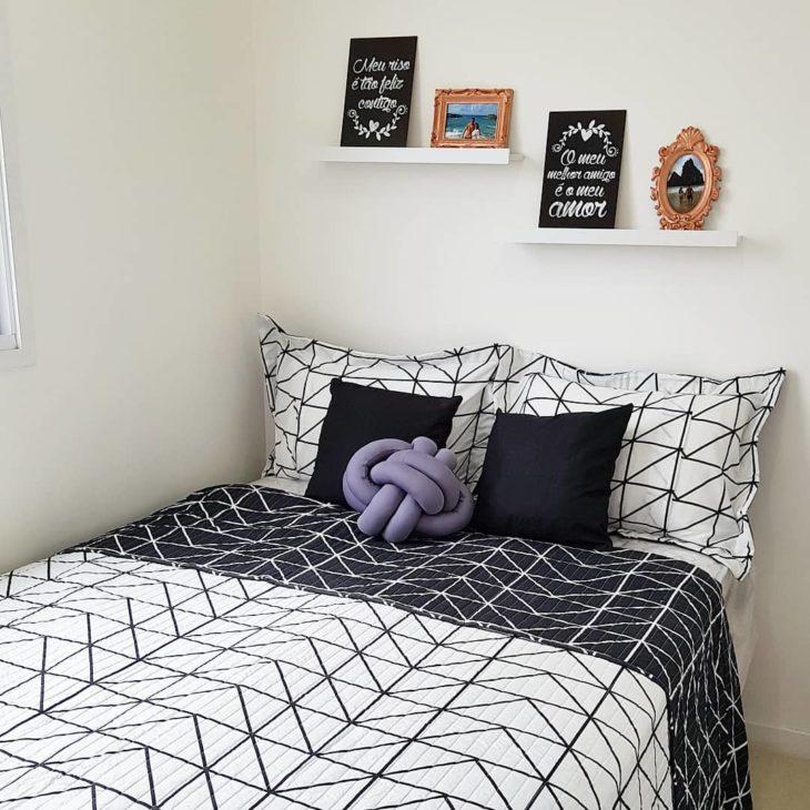 Quarto branco e preto com decoração minimalista.