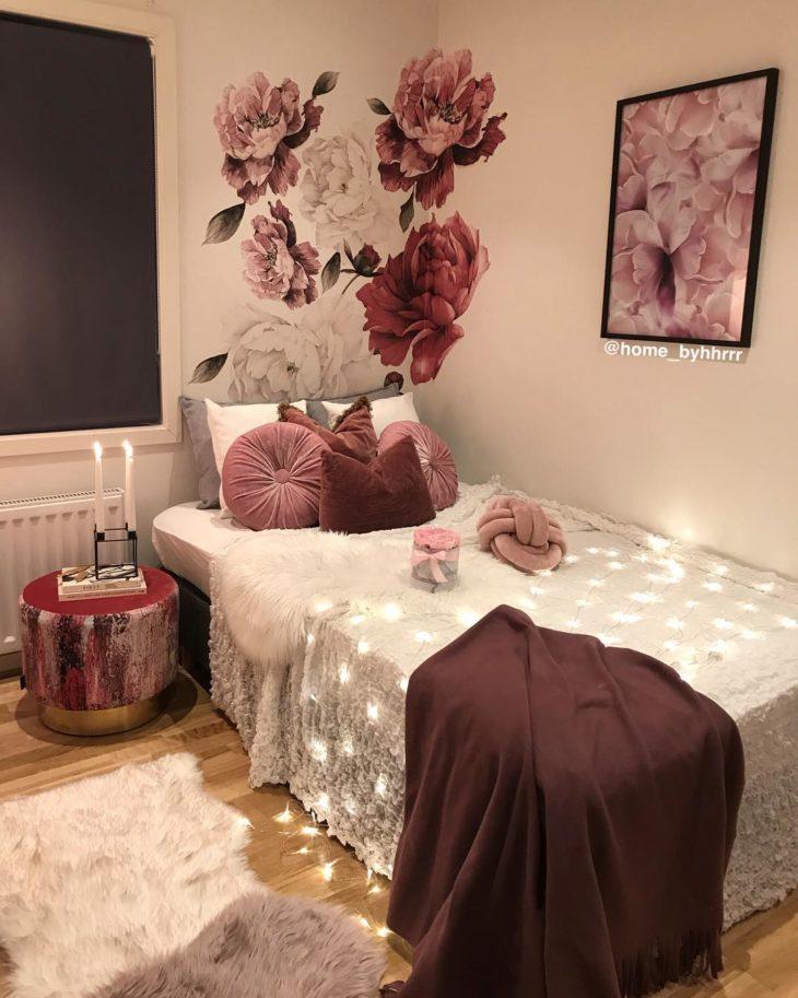 Cômodo com decoração rosa e vinho.