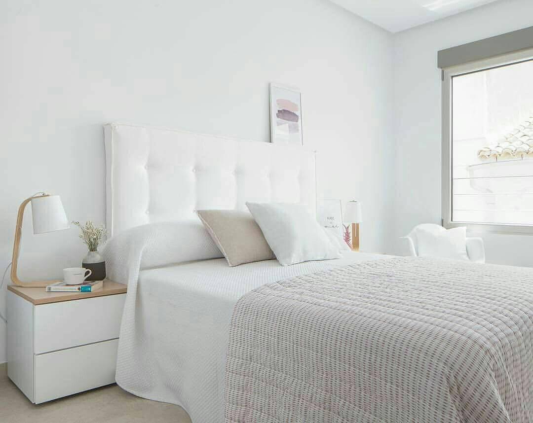 Quarto simples branco e minimalista.