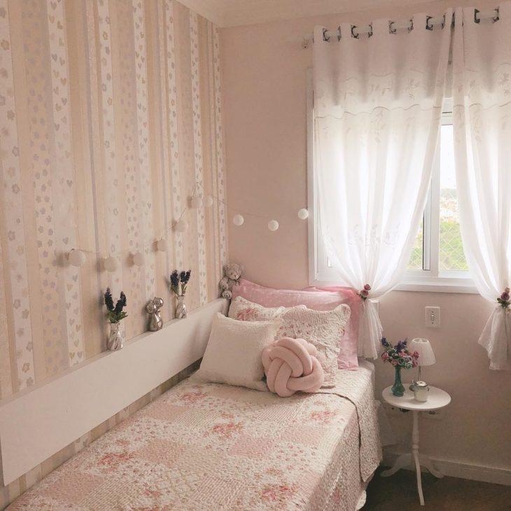 Quarto infantil rosa com decoração para meninas.