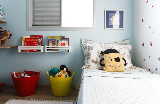 Quarto infantil com decoração colorida para meninos.