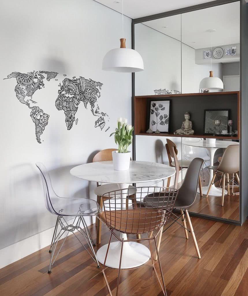 sala de jantar pequena com piso de madeira