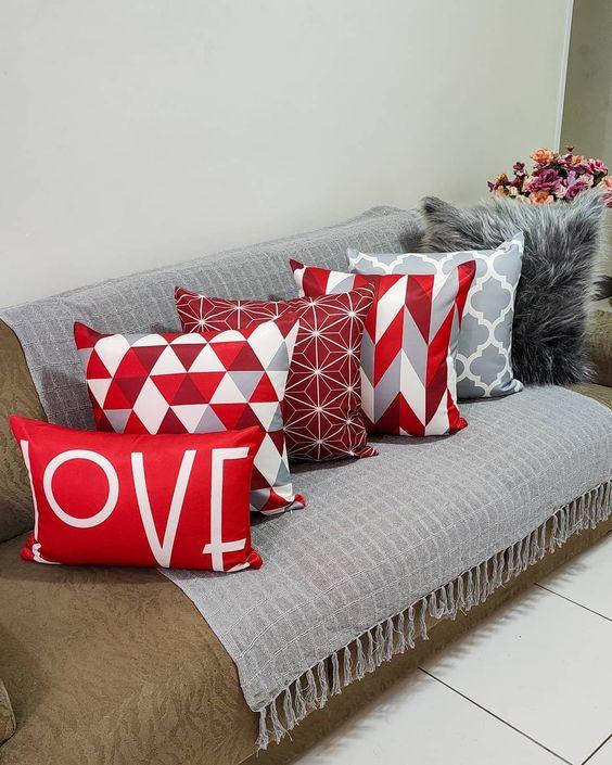 Sala de estar decorada com almofadas chamativas com texturas diferentes.