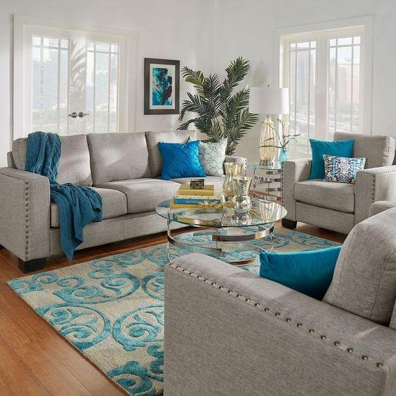 Sala com sofá e almofadas combinando com o tapete.
