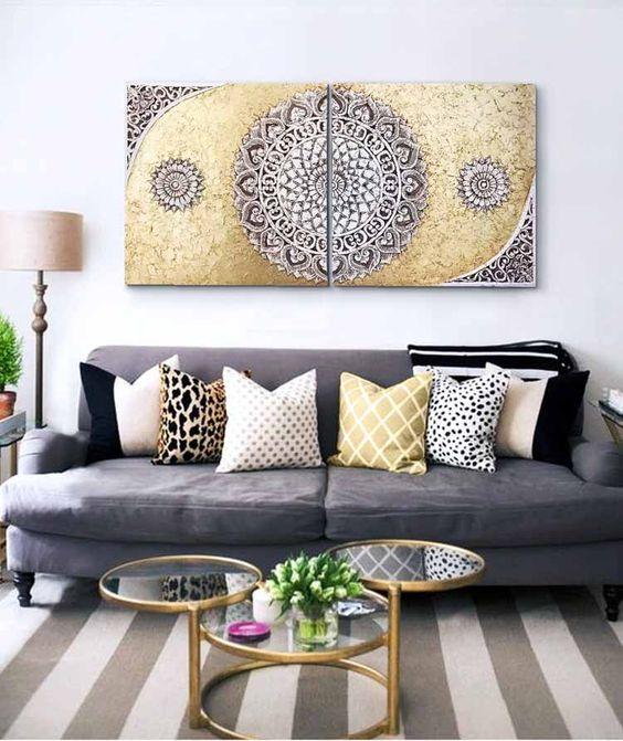 Sala de estar com quadros, mesa de centro e almofadas coloridas.