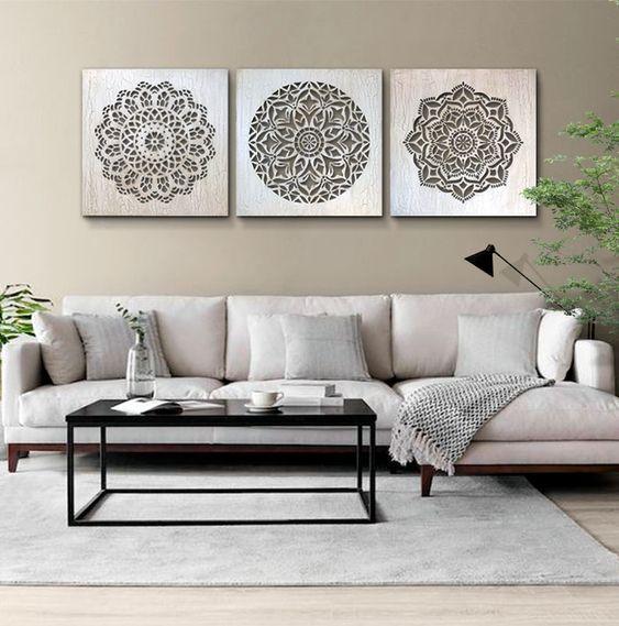 Sala de estar decorada em cinza e preto.