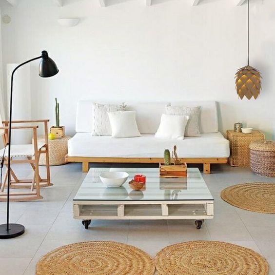 Mesa de centro e sofá feitos de palete.