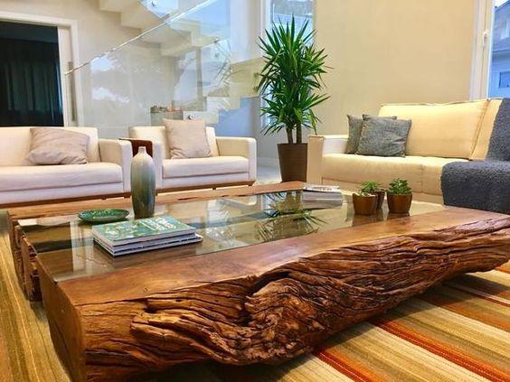Sala de estar decorada com mesa de centro rústica.