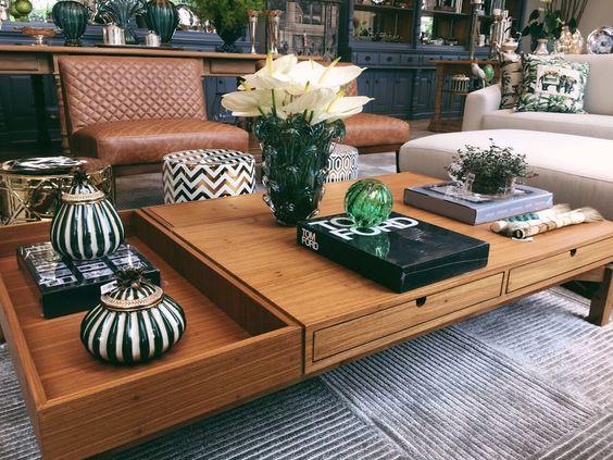 Sala de estar decorada com grande mesa de centro de madeira.