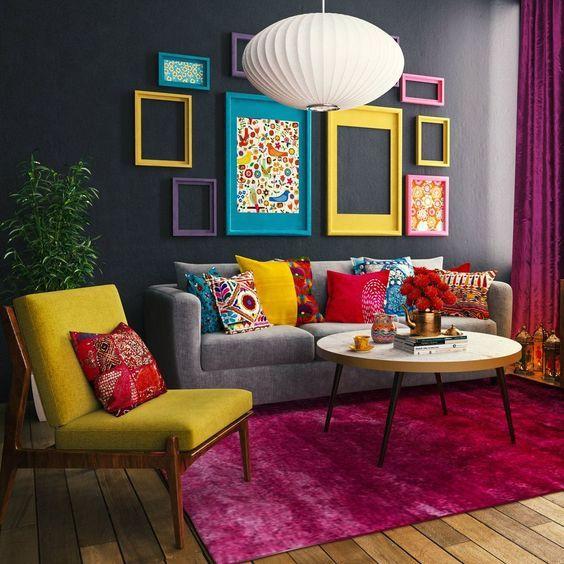 Sala de estar decorada com artigos coloridos e mesa de centro.