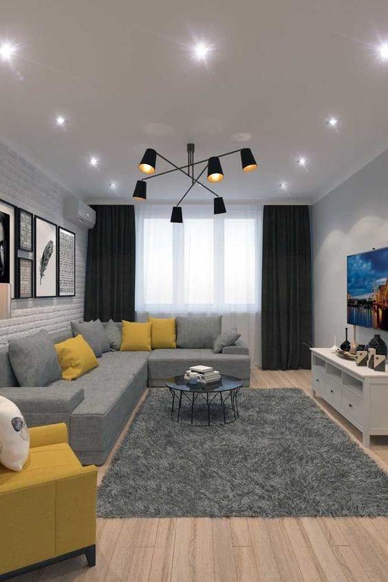 Sala de estar decorada com uma cortina para privacidade e outra para diminuir a claridade.