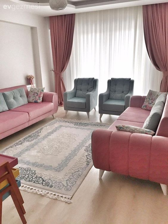 Sala de estar decorada com cortina branca e rosa em sala de estar.