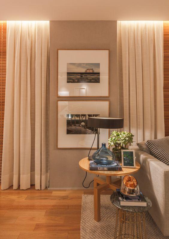 Sala de estar decorada com cortina de cor neutra.