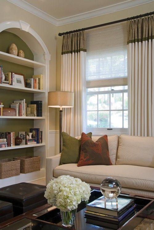 Sala de estar decorada com cortina que imita uma saia na parte de cima em cor diferente.
