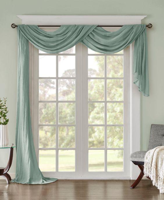 Sala de estar decorada com varão de cortina e pano azul pendurado.