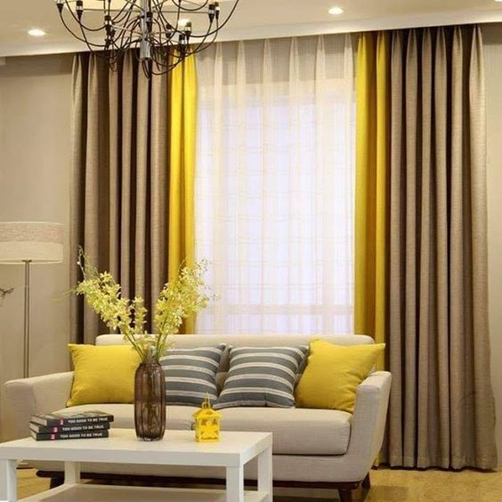 Sala de estar decorada com três cores de cortina.