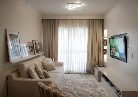 Sala de estar decorada com duas cores de cortina: bege e branca.