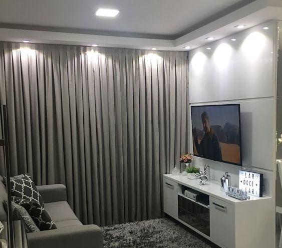 Sala de estar decorada com cortina cinza.