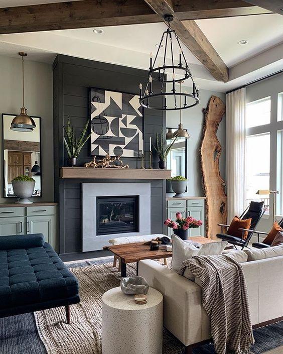 Sala de estar decorada com lareira em faixa preta na parede.