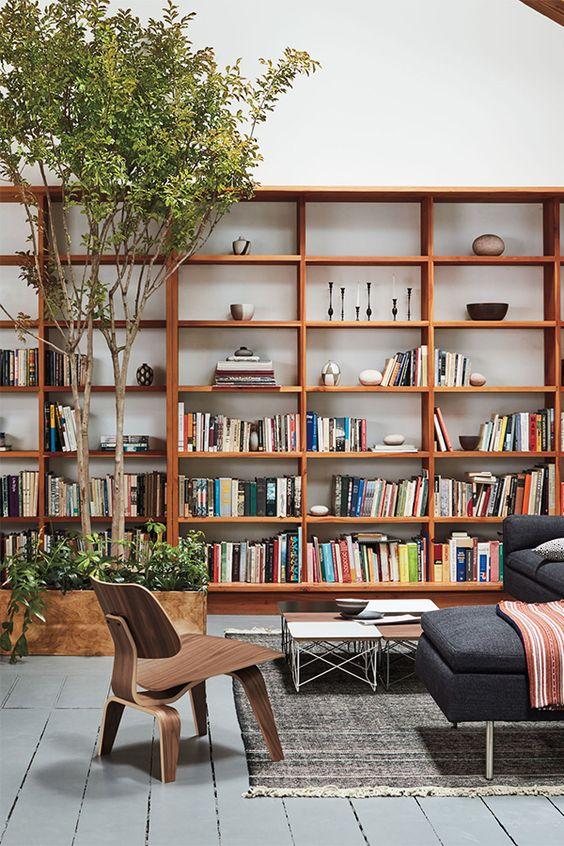 """Sofá em """"L"""" e armário para livros."""