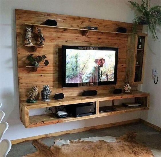 Painel de tv rústico com nichos e prateleiras.
