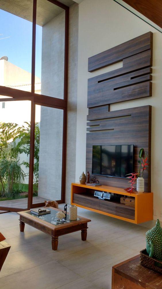 Painel cumprido de madeira com grande nicho laranja.