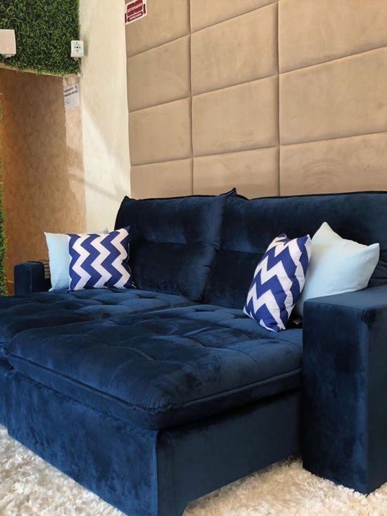 Sala com sofá de camurça azul marinho.