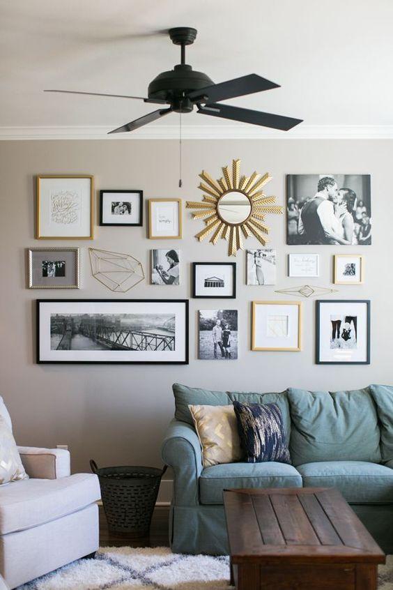 Decoração com quadros, espelho, almofadas e mesa de centro.
