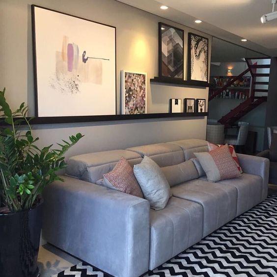 Sofá cinza combinando com a parede.