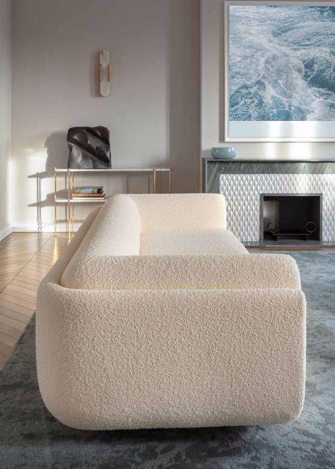 Sala com sofá branco moderno e lareira.