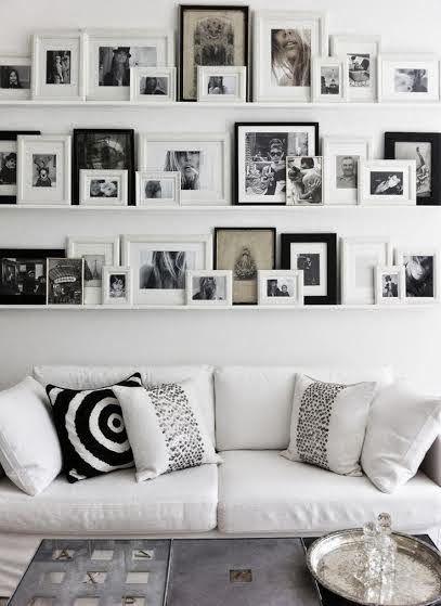 Sala de estar decorada em preto e branco.