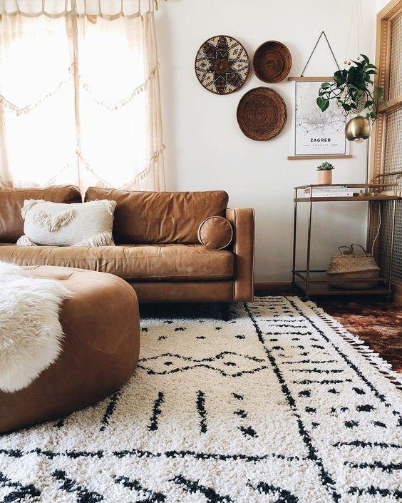 Sala de estar decorada em marrom e branco.