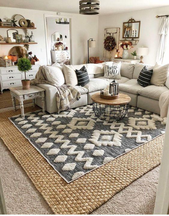 Sala de estar aconchegante com muitos artigos decorativos.