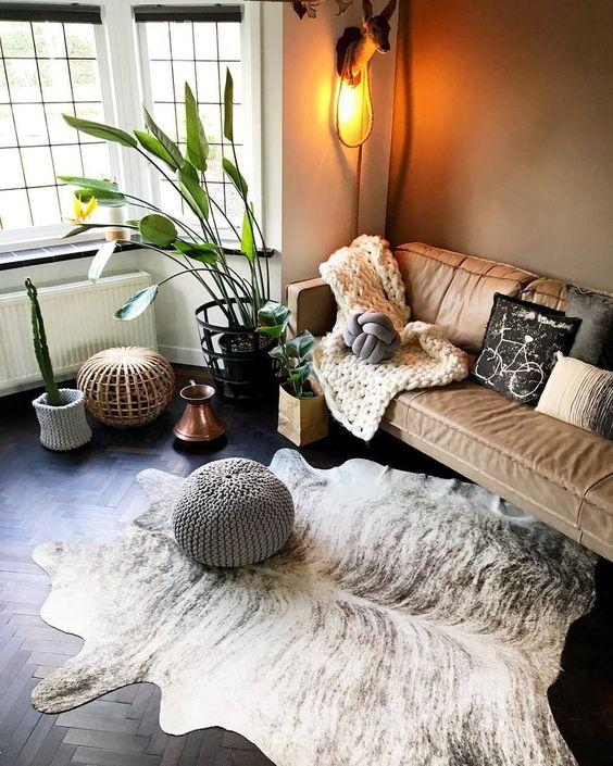 Sala de estar com tapete branco manchado.